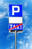Parkujący znaka z pustym bielem podpisuje taxi znaka i krzyżował Obrazy Stock