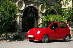 Parkujący czerwony samochód Zdjęcia Royalty Free