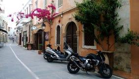 Parkujący motocykle w starym miasteczku Rethymno Zdjęcie Stock