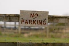 Parkverbotsschild auf Bretterzaun Lizenzfreie Stockbilder