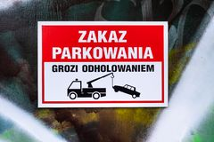 Parkverbotsschild und Schleppen der warnenden Piktogrammnahaufnahme in polnischem L stockfotografie