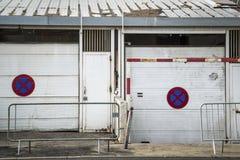 Parkverbotsschilder auf schäbigen Garagen, Montpellier, Frankreich lizenzfreie stockfotos