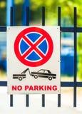 Parkverbotzeichen draußen lizenzfreie stockfotos