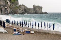 Parkyssar på Maiori sätter på land, medan havet är i storm, den Amalfi kusten, Campania, Italien Arkivbild