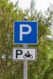 Parkzeichen hinsichtlich des Motorradparkens Stockfoto