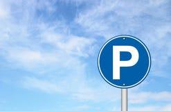 Parkzeichen mit einem blauen Himmel stock abbildung