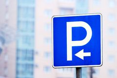 Parkzeichen mit Pfeil Lizenzfreie Stockfotografie