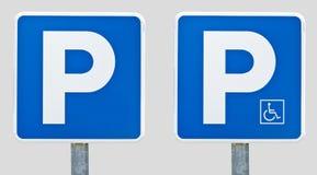 Parkzeichen und behindertes Parkzeichen Stockfotos