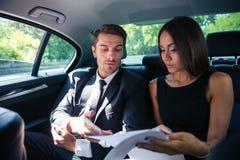 Parläsningdokument i bil royaltyfria foton