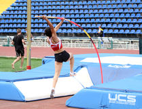 Parlak Demet de Turquía compite en salto con pértiga Imagenes de archivo