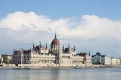 Parlament em Budapest com beira-rio Fotografia de Stock Royalty Free