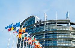 Parlament Europejski flaga przed głównym budynkiem Obrazy Stock