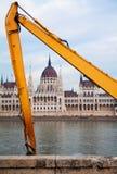 Parlament-Gebäude in Budapest gestaltete mit den gelben Grabscherarmen lizenzfreie stockfotografie