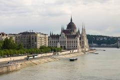 Parlament i Budapest med flodstranden Royaltyfri Fotografi