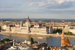 Parlament i Budapest med flodstranden Arkivbilder