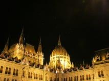 Parlament i Budapest nattsikt Arkivbild