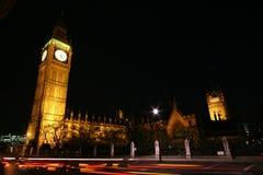 Parlament nachts mit Verkehr Lizenzfreie Stockfotos