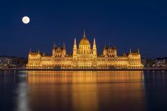 Parlament och supermoon Arkivfoton