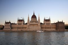 Parlament van Boedapest in zonsondergang royalty-vrije stock foto's