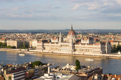Parlament w Budapest z brzeg rzeki zdjęcie stock