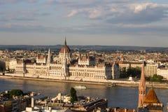Parlament w Budapest z brzeg rzeki fotografia royalty free