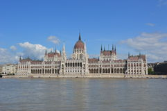 ParlamentBudapest blå himmel Arkivbilder