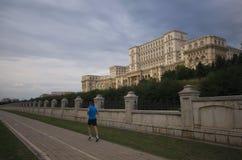 Parlamentbyggnad med en löpare, Bucharest, Rumänien Royaltyfri Bild