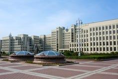 Parlamentbyggnad och den Lenin statyn på självständigheten kvadrerar i Minsk royaltyfri fotografi