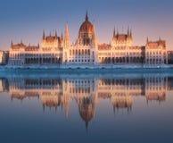 Parlamentbyggnad och flodDonau av Budapest arkivfoto