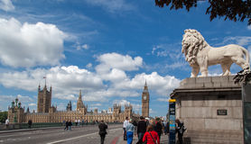 ParlamentbyggnadsWestminster bro London Arkivbild