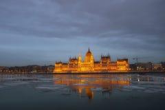 Parlamentet i Budapest efter solnedgång Arkivfoton