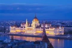 Parlamentet i Budapest efter solnedgång fotografering för bildbyråer