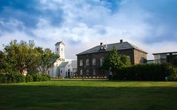 Parlamenthuset och domkyrkan i centrala Reykjavik Island på en härlig sommardag Royaltyfri Fotografi