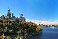 Parlamentkull som förbiser floden i Ottawa Royaltyfria Foton