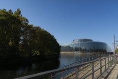 Parlamento Europeo en Strasburg en un d?a soleado, reflexi?n en el r?o fotografía de archivo libre de regalías
