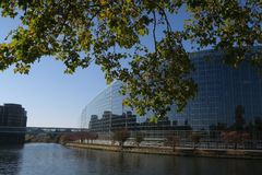 Parlamento Europeu em Strasburg em um dia ensolarado, reflexão no rio imagem de stock