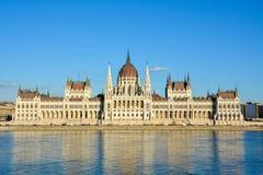 Parlamento famoso di Budapest al fiume Danubio durante il tramonto per immagini stock