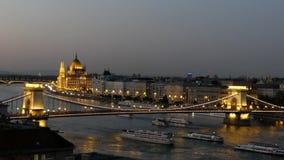 Parlamento nazionale ungherese a Budapest sul fiume Danubio stock footage