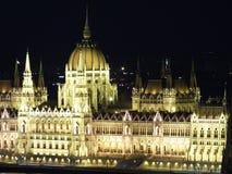 Parlamento ungherese alla notte immagine stock