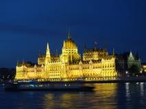 Parlamento ungherese alla notte immagini stock
