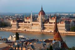 Parlaments-Gebäude in Budapest am Sonnenuntergang stockfotografie