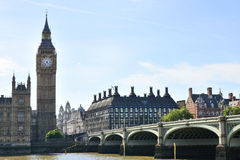 Parlamentsgebäude u. Westminster-Brücke, London, Großbritannien stockfotografie