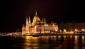 Parlamentu budynku łodzi Danube Rzeczna noc Budapest Węgry Fotografia Royalty Free