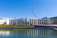 Parlamentu Domowy odbijać w wodzie fotografia royalty free