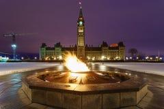 Parlamentu wzgórze i Centennial płomień w Ottawa, Kanada Zdjęcie Stock