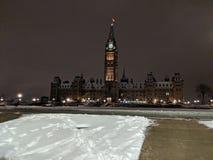 Parlamentu wzgórze podczas zimy nocy fotografia stock
