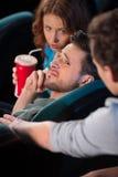 Parlando al telefono in cinema. Fotografia Stock
