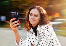 Parlando con il telefono Fotografie Stock