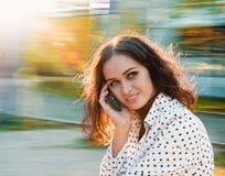 Parlando con il telefono Fotografia Stock