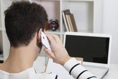 Parlando dal telefono mobil fotografie stock